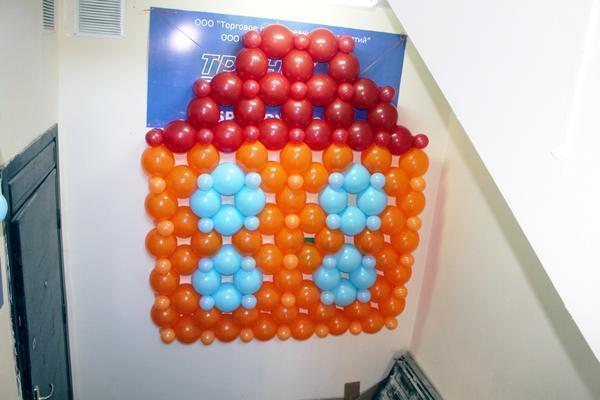 Панно из воздушных шариков выглядит очень нарядно и наверняка понравится детям