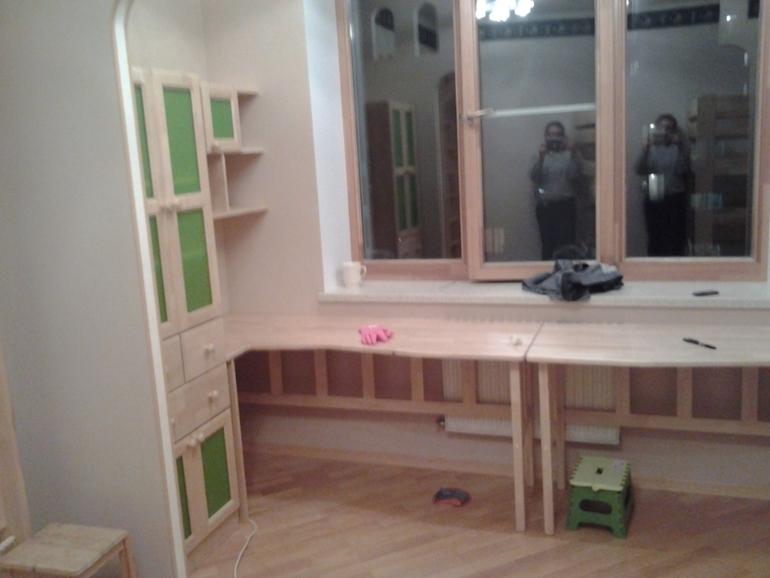 стол подоконник в детской комнате фото