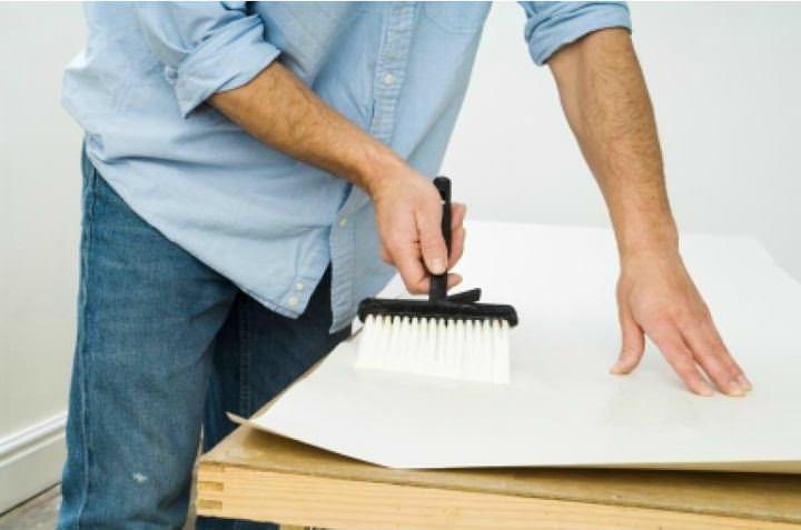 Как клеить флизелиновые обои: метровые, правильная поклейка своими руками, видео, оклейка стен, широкие, как наклеить, можно ли клеить, фото