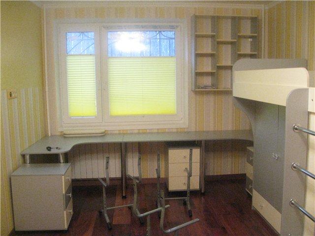 стол подоконник в детской комнате
