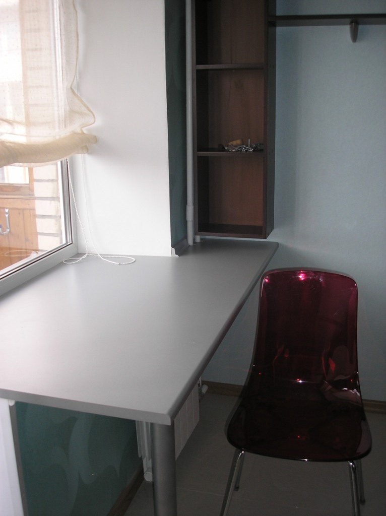 стол подоконник в детской фото