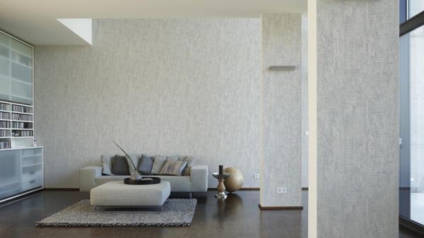 Перед тем как клеить обои на водоэмульсионную краску, необходимо тщательно подготовить поверхность стен
