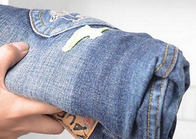 Как удалить свежую монтажную пену с джинсов