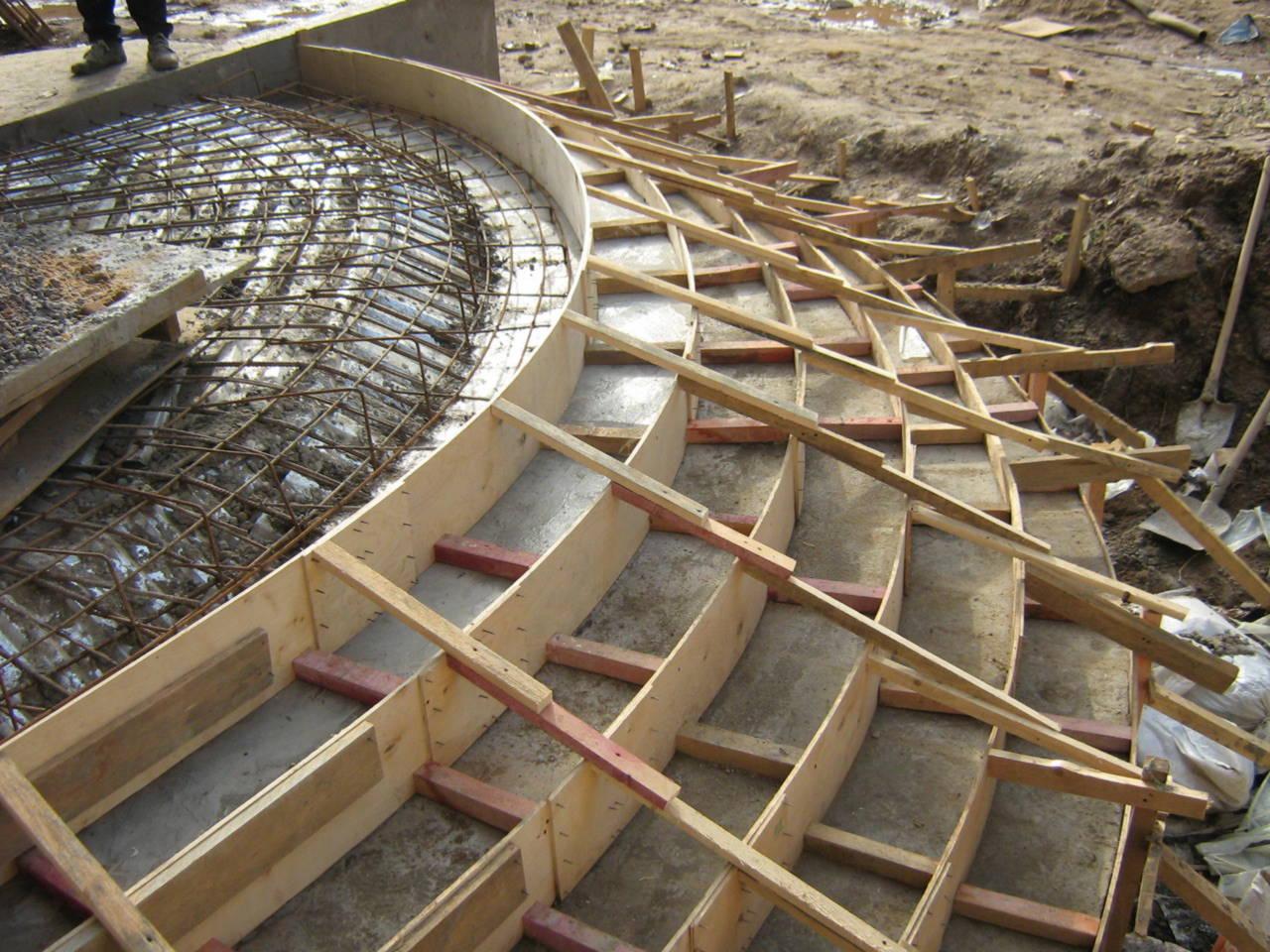 Опалубку делают так, чтобы она могла выдержать нагрузку от тяжести бетонного раствора