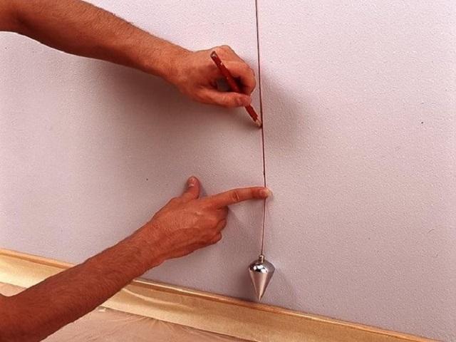 Наносится разметка на стены для создания гардеробной своими руками