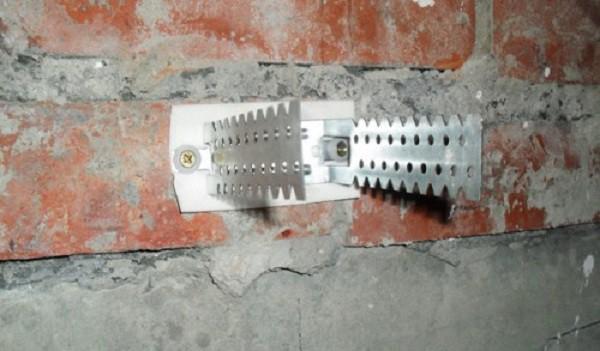 Закрепленный на стене прямой подвес