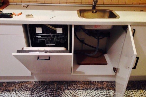 Соответствующий шкаф под габариты посудомойки
