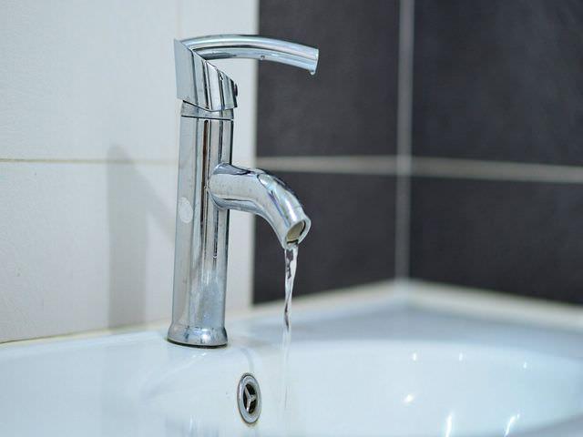 В ванной комнате вода бьет электрическим током