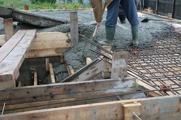 Заполнение бетонной смесью опалубки