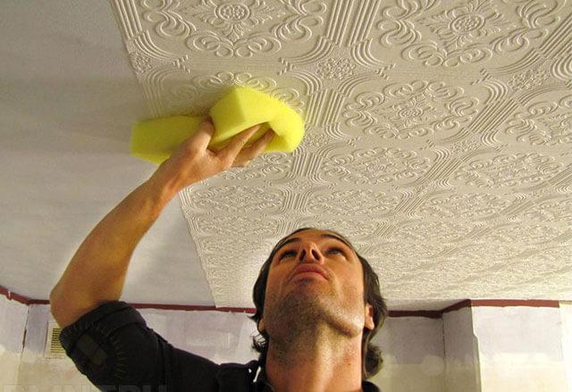 как правильно поклеить обои на потолок