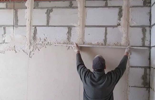 гипсовой смесью выравниваем стены