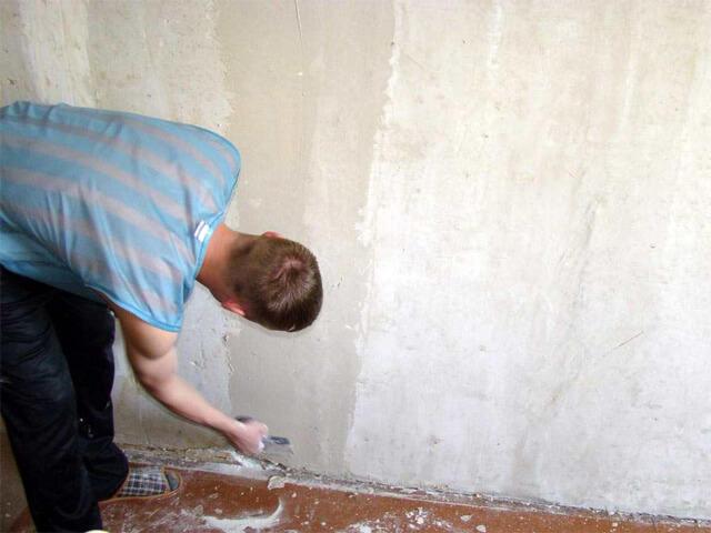 обрабатываем стены перед поклейкой обоев