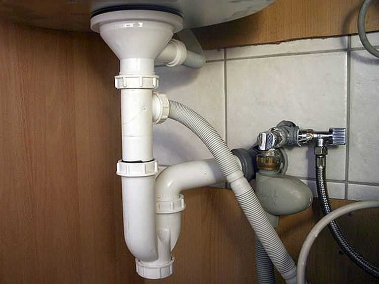Один из сифонов для подключения слива стиралки к канализации