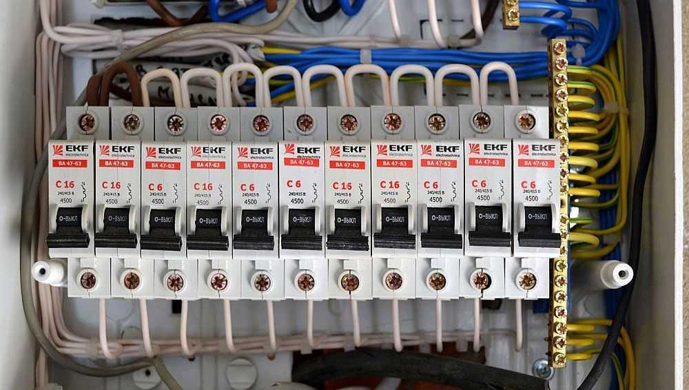 При подключении мощных бытовых электроприборов от щитка тянут отдельную линию электропитания. В этом случае выбор сечения кабеля несколько проще - требуется только одно значение мощности или тока