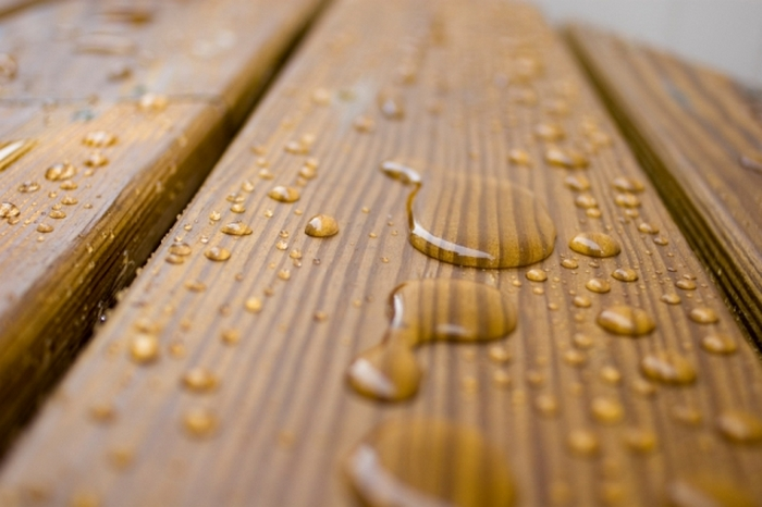 смочить поверхность дерева водой
