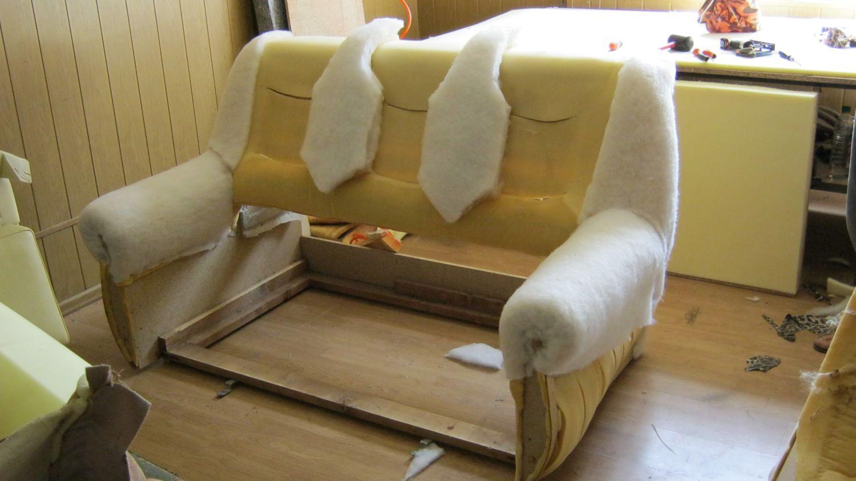 Крепим наполнитель на диван