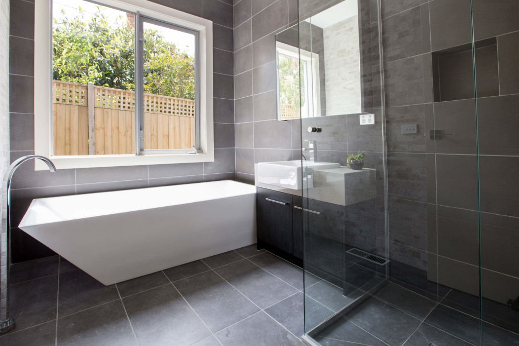 плитка из камня в ванной