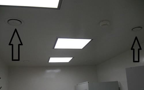 Анемостат в потолке в комнате