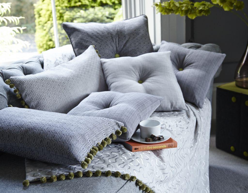 Помимо практических функций диванные подушки могут нести также и декоративные