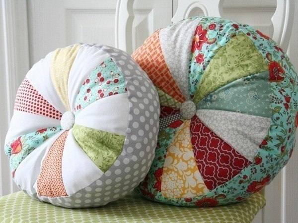 Разноцветные наволочки для диванных подушек своими руками
