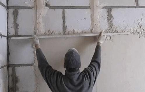Самым лучшим способом выравнивания стен является использование маяков