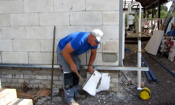 Качественно приклеенный пенопласт трудно оторвать от стены