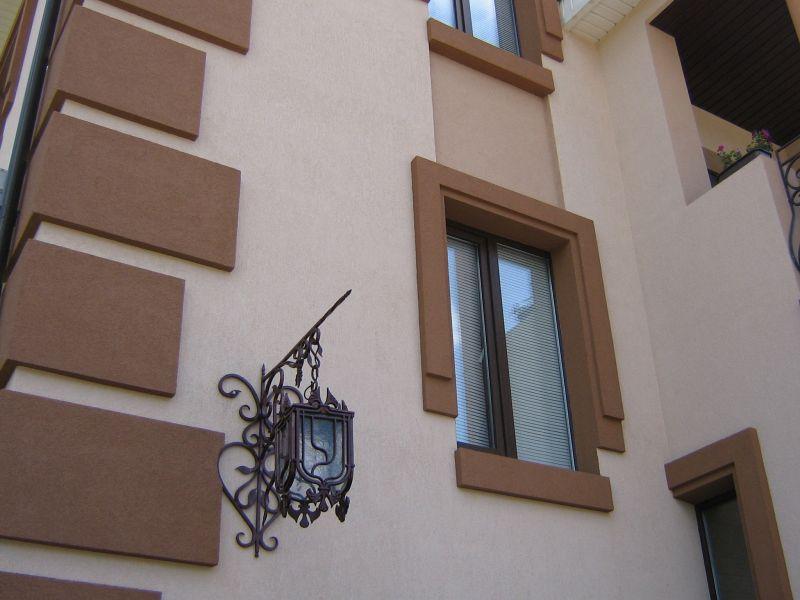 Экстерьер дома создан с применением технологии мокрого фасада
