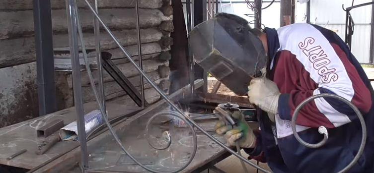 Приваривают ножки для крепления к стене и боковой декор