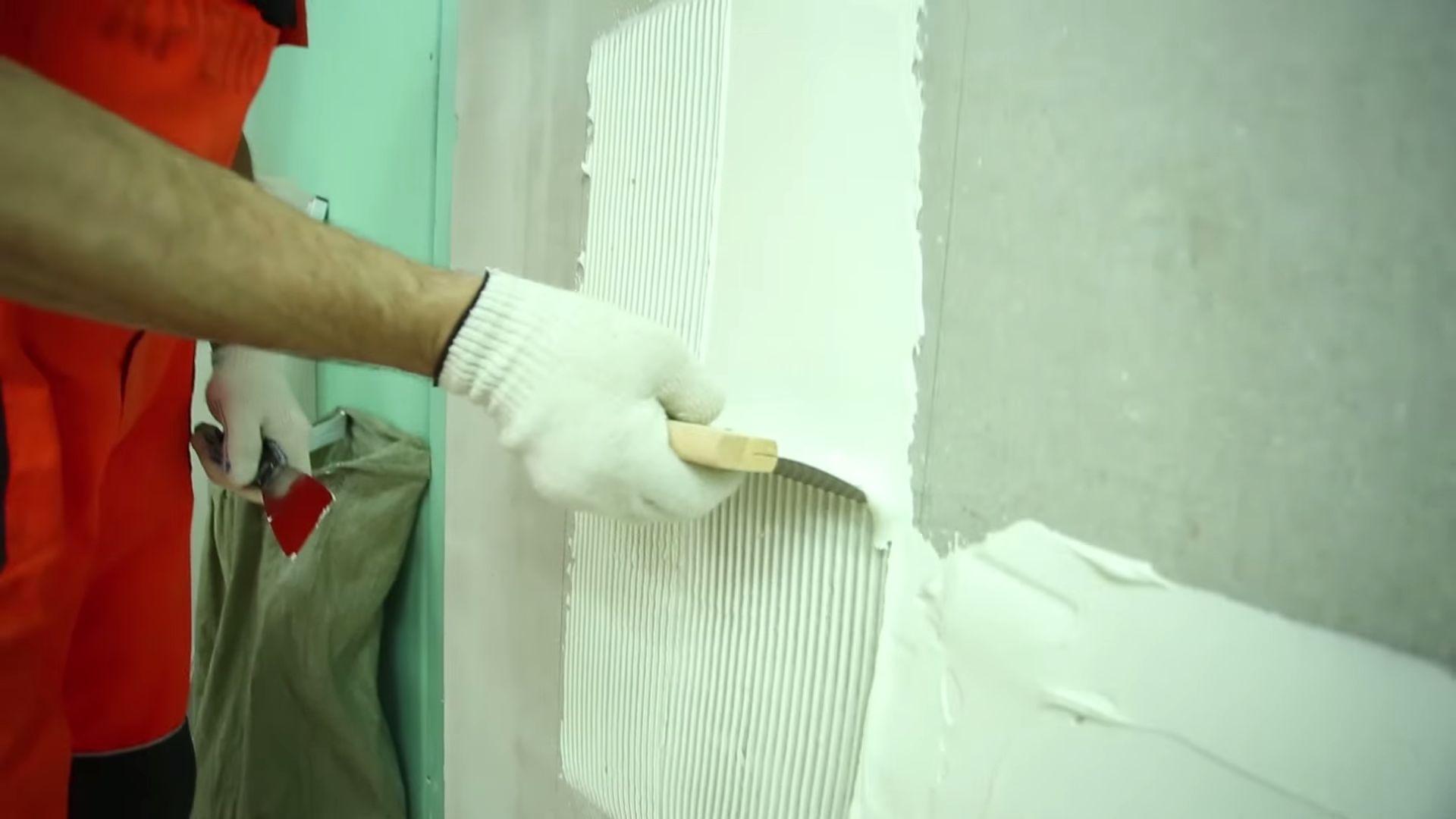 Белый плиточный клей.