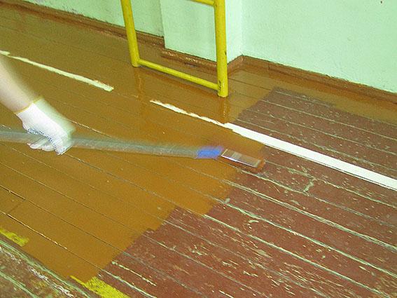 Чем покрасить старый деревянный пол? В 90% случаев на нем масляная краска, и если вы не хотите полностью снимать покрытие, то лучше использовать такой же состав, банка весом 2,4 кг стоит от 200 рублей