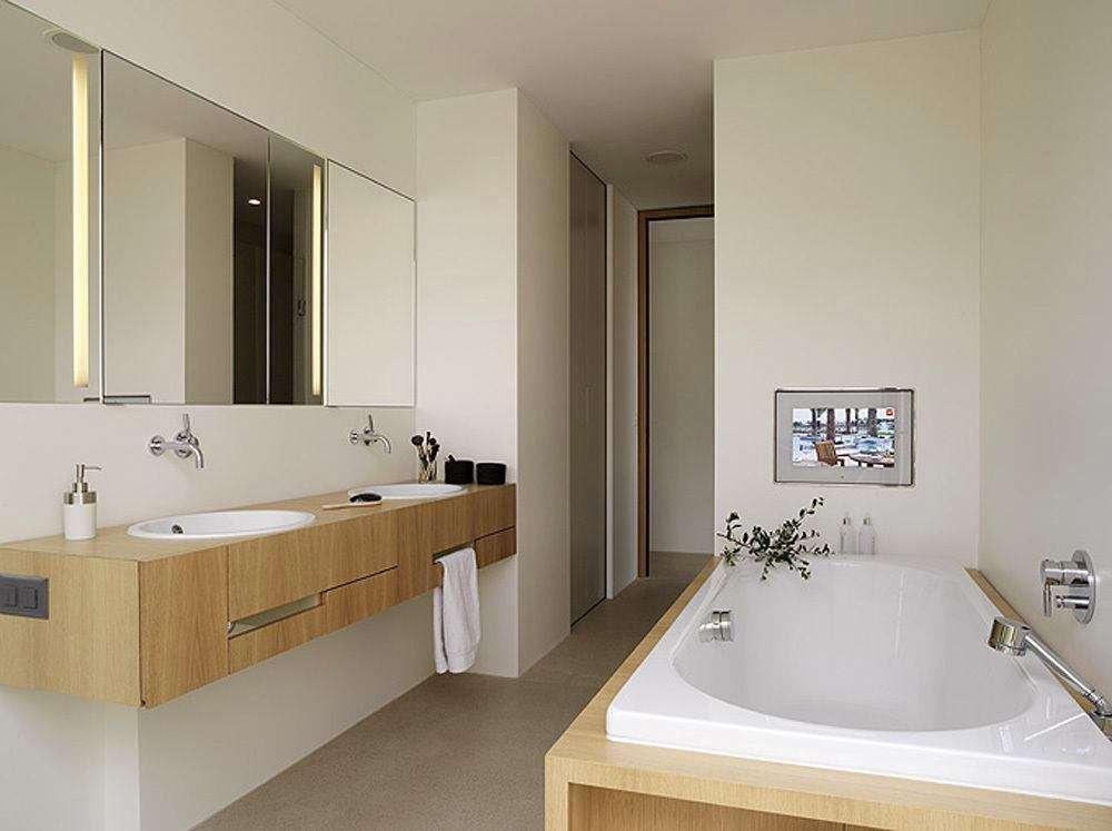 покраска стен в ванной в белый цвет