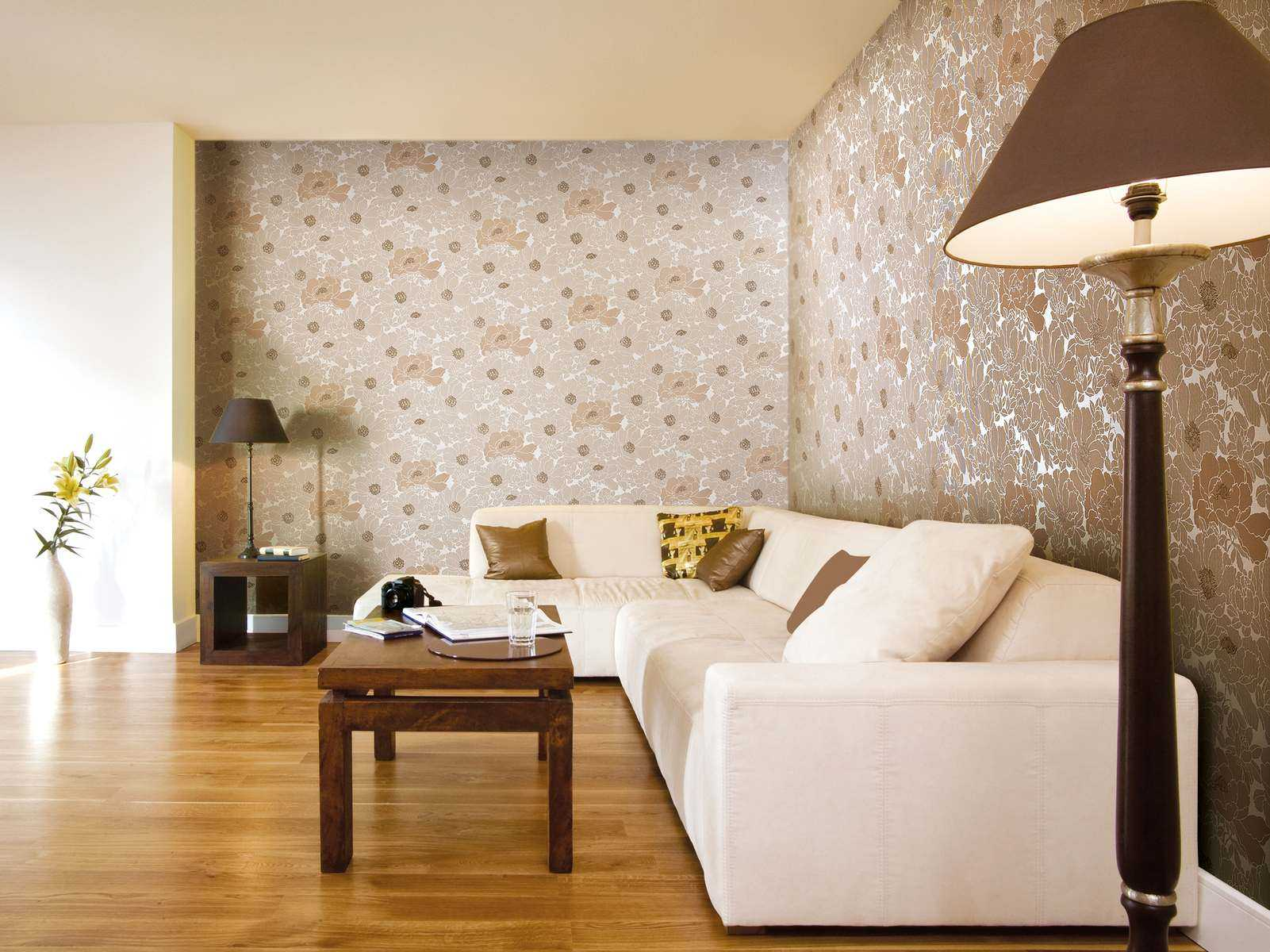 сочетание светлых обоев в дизайне гостиной комнаты