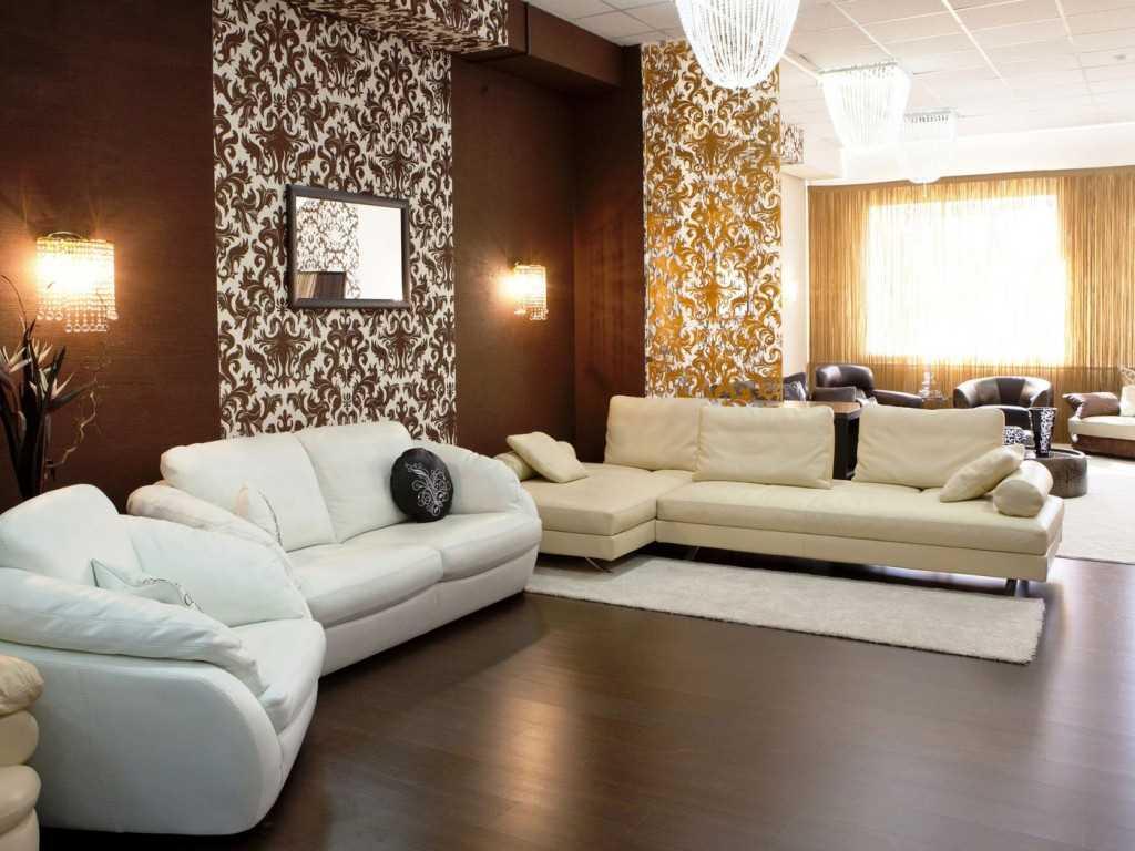 сочетание красивых обоев в интерьере гостиной комнаты