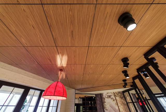 как заделать потолок в деревянном доме