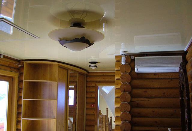 монтаж потолка в деревянном доме