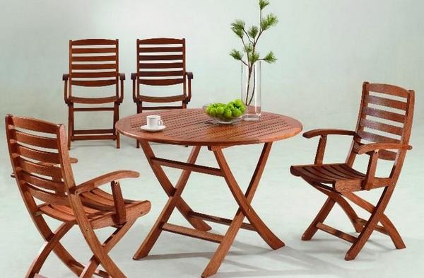 Деревянный столик и садовые кресла для дачи