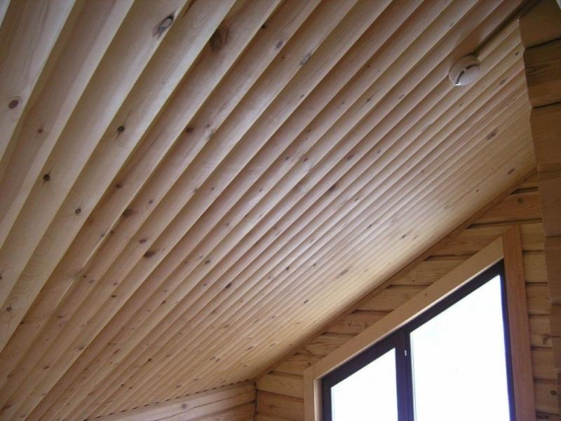 Отделанный блок-хаусом потолок мансарды