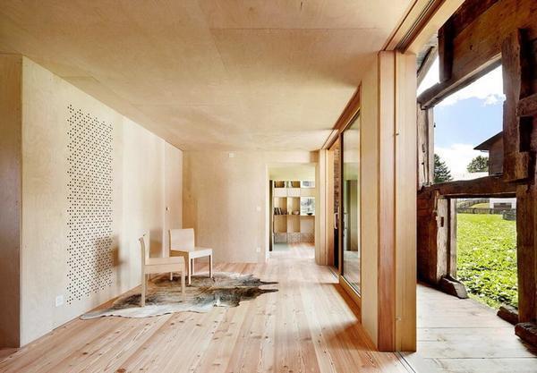 Потолок из фанеры — отличный вариант для деревянного дома благодаря своей невысокой цене и прочностным качествам