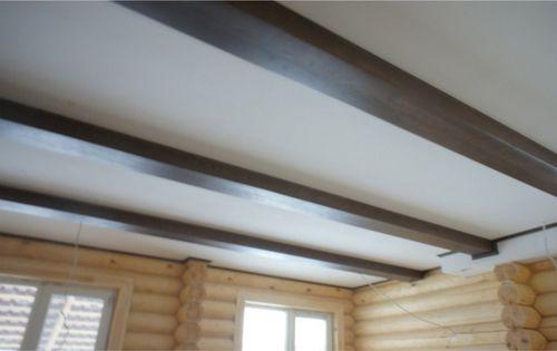 Потолок из гипсокартона в деревянном доме с имитацией балок
