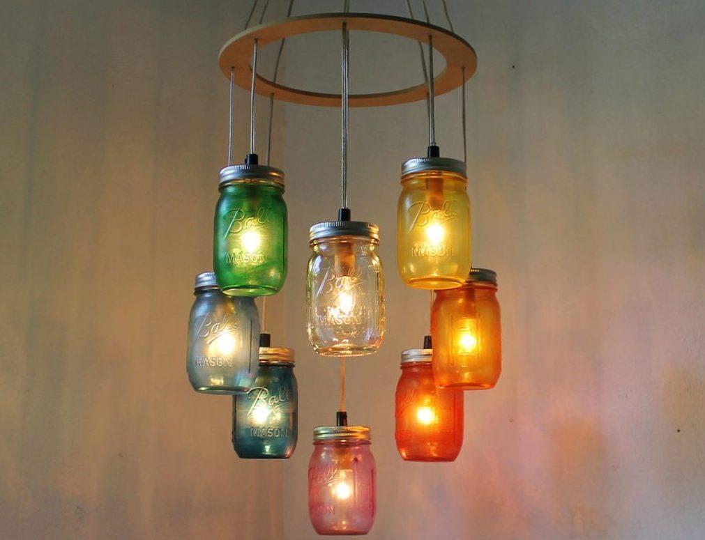 Дизайн разноцветной люстры из банок