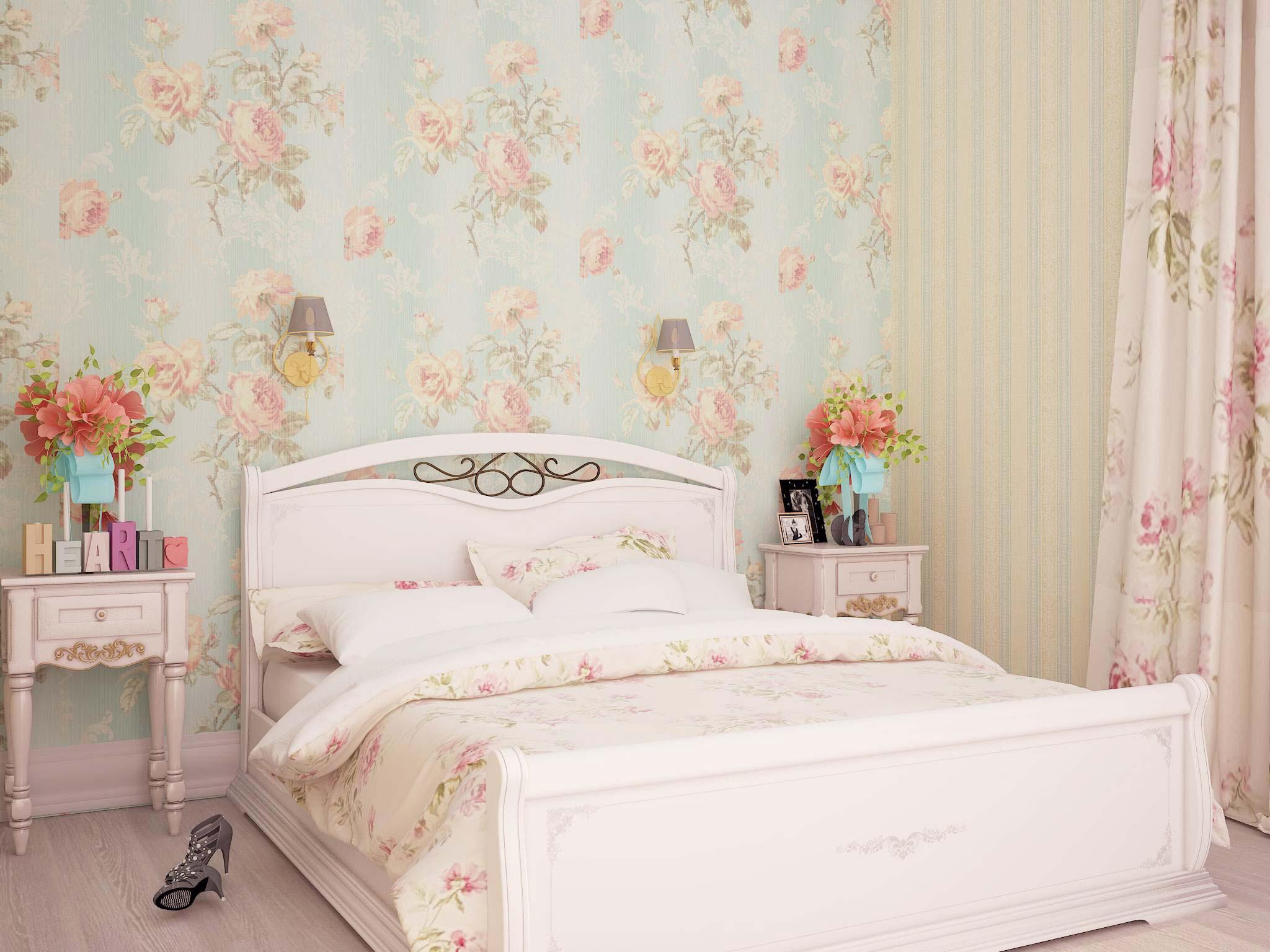 В тренде флористический принт на одной стене, на другой – полотна в полоску