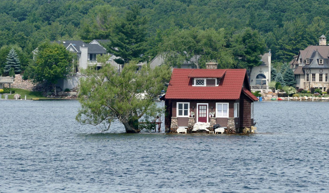 Если рядом есть водоем – то сразу узнайте, не разливается ли вода в путину. Не рискуйте строить дом слишком близко к берегу: следует отступить как минимум метров 50