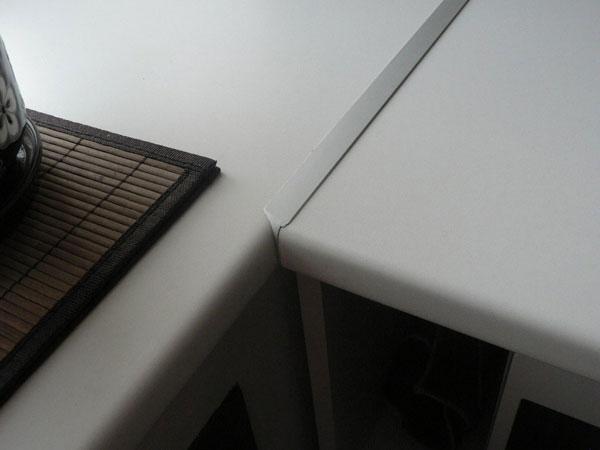 Зазор между двумя половинами столешницы скрывает металлическая планка